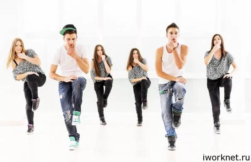 подросток танцует