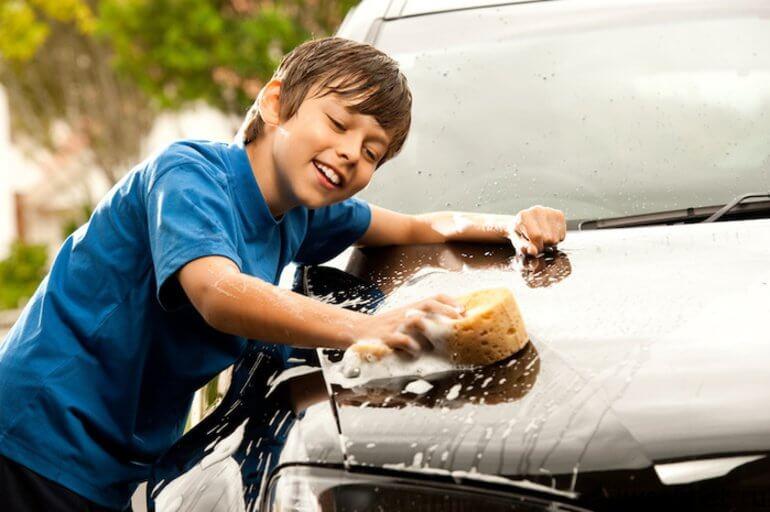 подросток моет машину